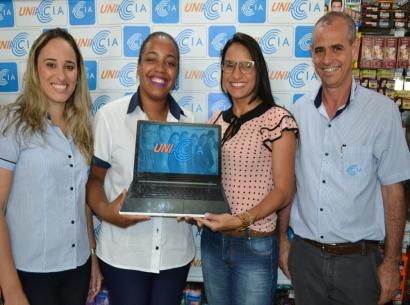 Sexto prêmio Uniacia é entregue para colaboradora da Drogaria Só Saúde